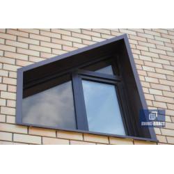 окно с отделкой из отливного металла коричневого