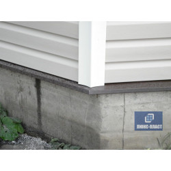 угол дома закрыт металлическим белым углом