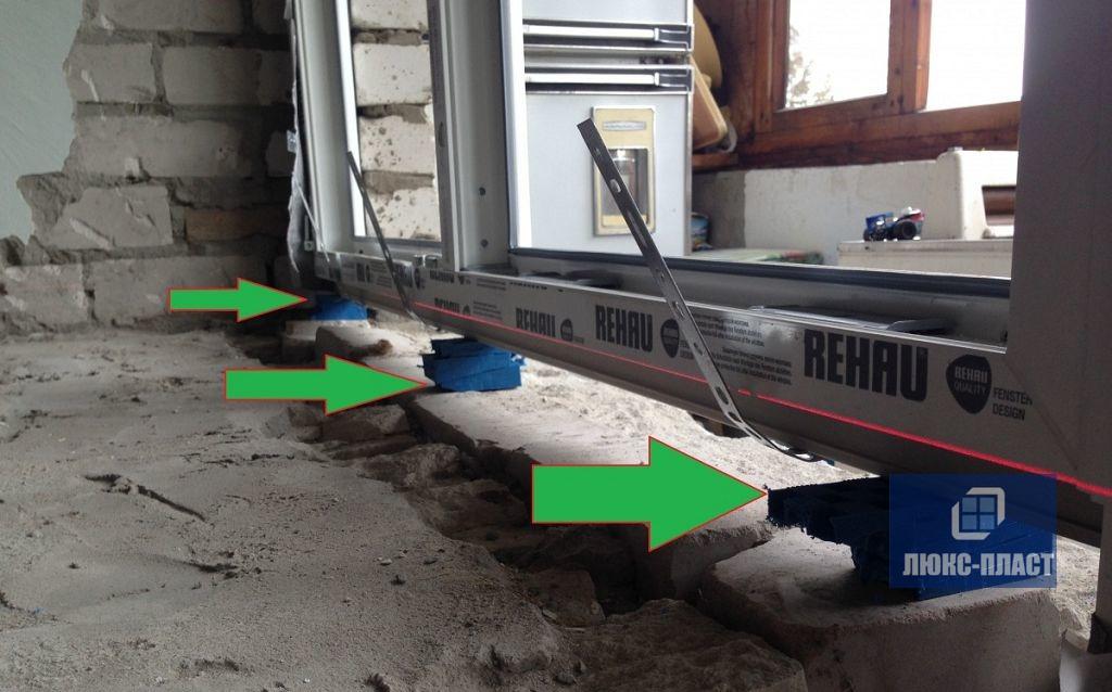 применение монтажных клиньев на окне